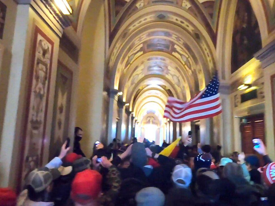 Infiltrado entre manifestantes, fotógrafo da Nat Geo registra invasão ao Capitólio dos EUA