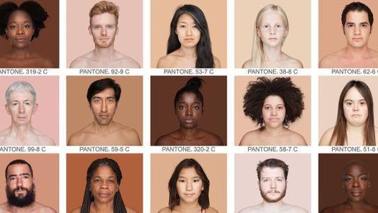 Usando um catálogo de cores, artista revela a diversidade dos tons de pele