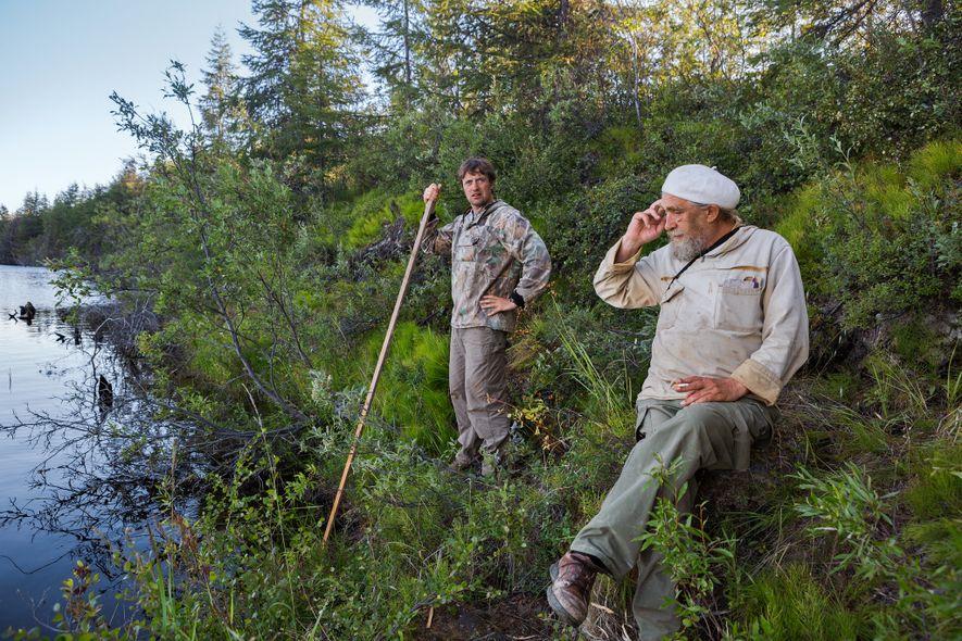 Sergey Zimov, à direita, e seu filho, Nikita, administram uma estação de pesquisa no Ártico, em Cherskiy, na Rússia, ao longo do rio Kolyma. Zimov pai descobriu pela primeira vez que o permafrost armazena muito mais carbono do que os cientistas imaginavam. Parte desse carbono escapa à medida que as temperaturas aumentam.