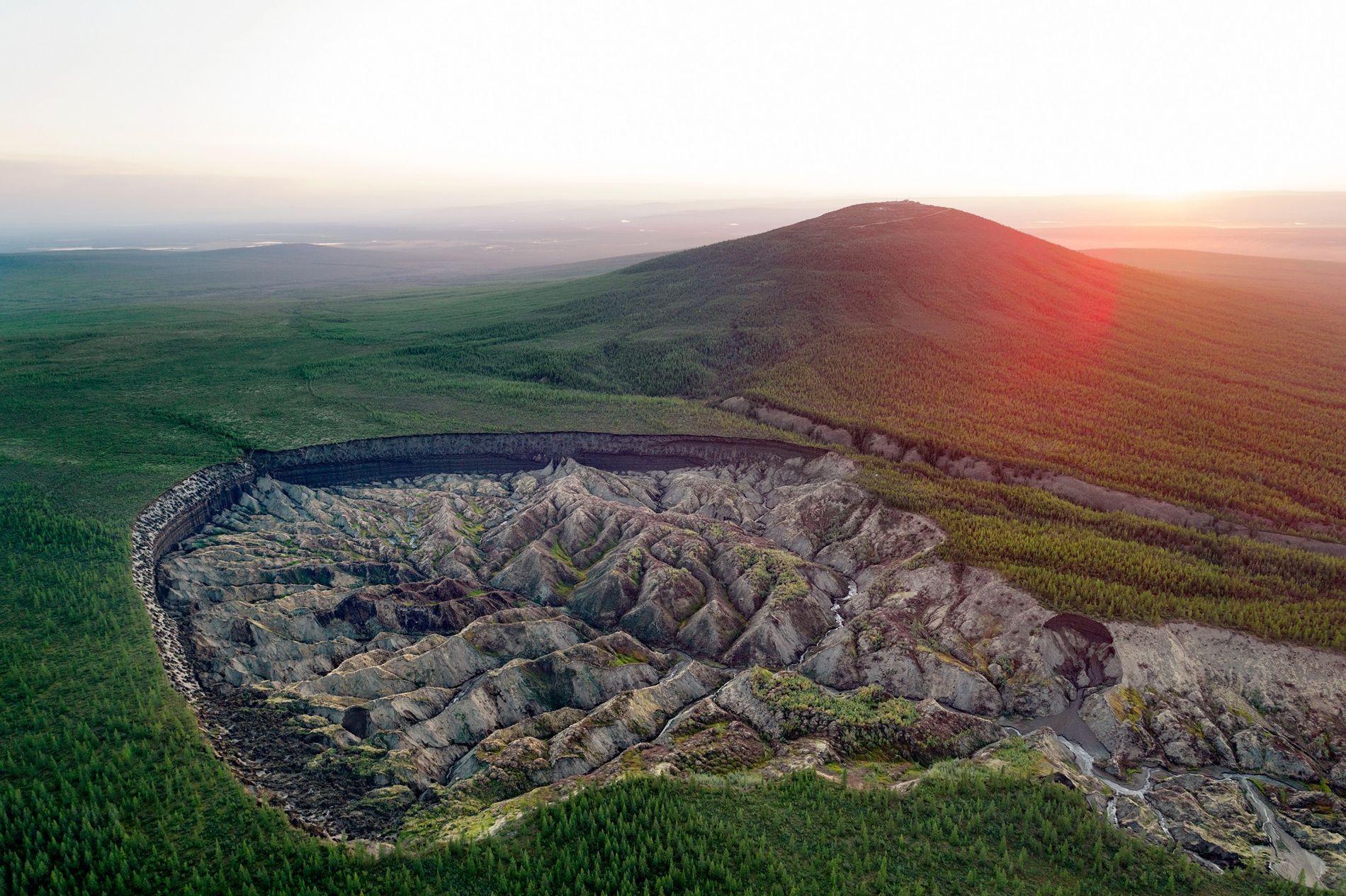 A cratera Batagaika, no leste da Sibéria, com 800 metros de largura e que não para de crescer, é a maior de muitas no Ártico. Conforme o permafrost e o gelo enterrado derretem, o solo desmorona, formando crateras ou lagos.