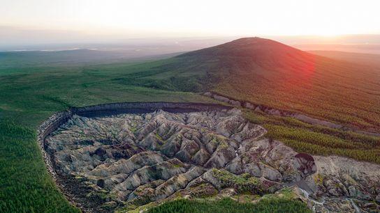 A cratera Batagaika, no leste da Sibéria, com 800 metros de largura e que não para ...