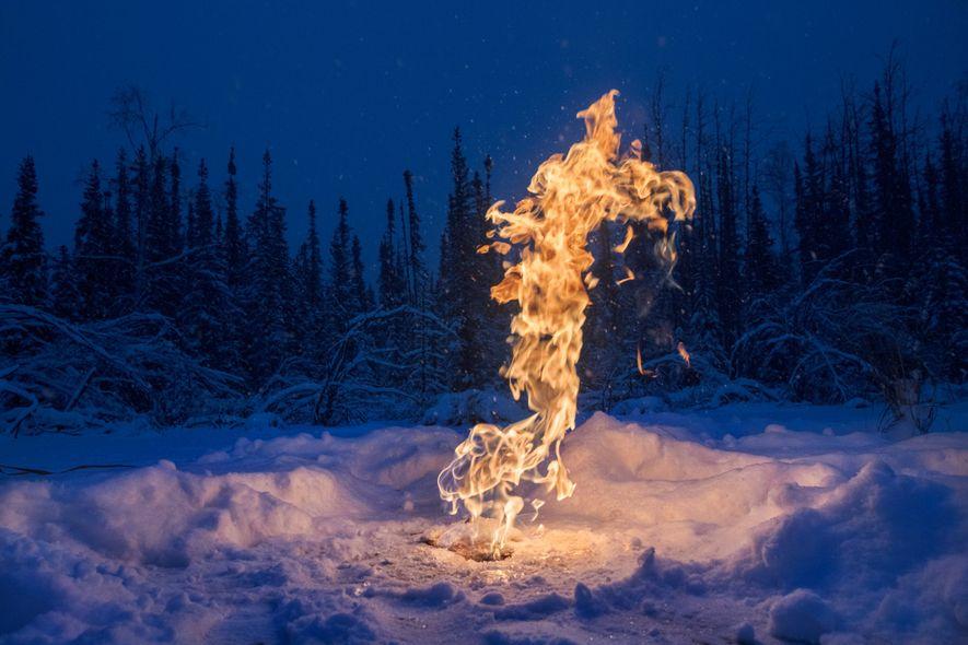O metano, um potente gás de efeito estufa, borbulha de lagos no Ártico devido ao degelo do solo. No inverno, o gelo da superfície retém o gás. Nesta lagoa perto de Fairbanks, no Alasca, cientistas perfuraram o gelo e queimaram o metano liberado.