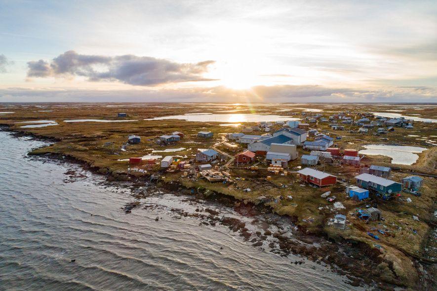 Os penhascos de permafrost estão desmoronando em Newtok, no Alasca, no rio Ninglick perto do mar de Bering, e estão agora a poucos metros de algumas casas. O vilarejo está se mudando para um novo local a cerca de 14 quilômetros a montante — um dos pioneiros em um processo que talvez muitos vilarejos do Alasca tenham que realizar um dia.