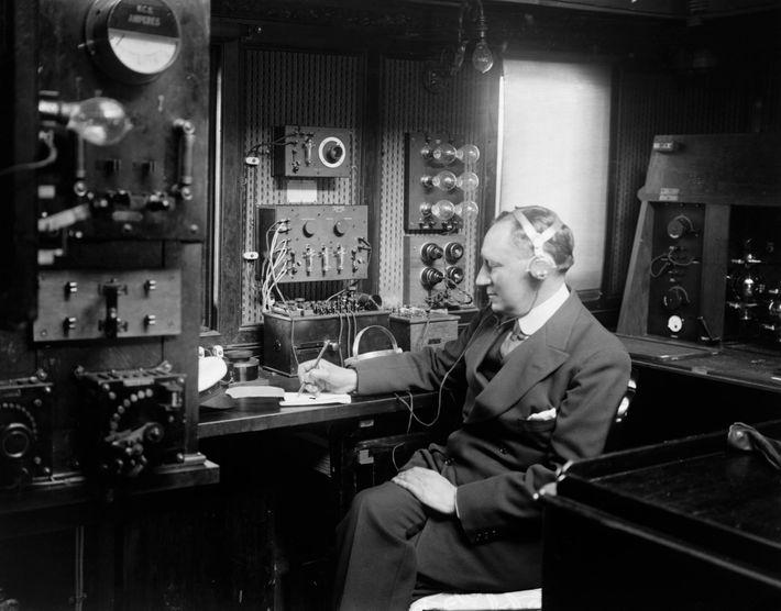Guglielmo Marconi (1874-1937) foi pioneiro na comunicação sem fio e o Titanic foi um dos grandes ...