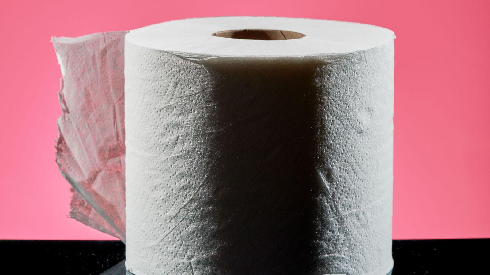 A produção em massa de papel higiênico começou nos Estados Unidos em 1857, mas, ao longo ...