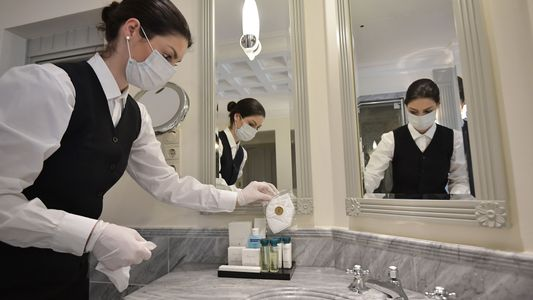 Dar descarga em um banheiro público pode realmente transmitir a covid-19?