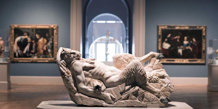 """A escultura italiana de mármore do século 16, """"Pã reclinando-se"""", é uma das obras europeias em ..."""