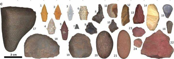 O kit de ferramentas encontrado inclui pontas de projéteis, rochas pesadas - provavelmente para quebrar ossos ou descascar ...