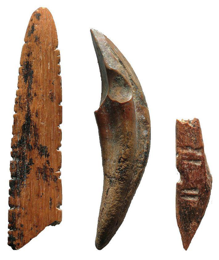 Ferramentas feitas de ossos e dentes eram utilizadas para caçar pequenos macacos e esquilos, trabalhar com ...