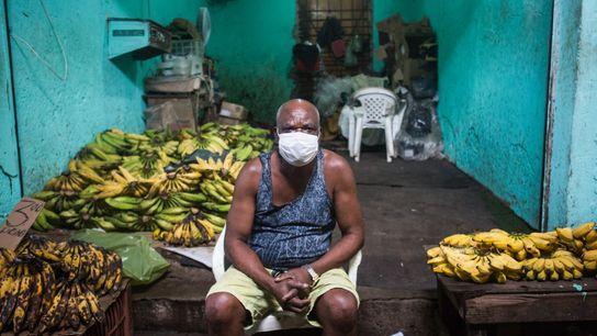 Pascoal Estevão, 66 anos, tem um pequeno estande onde vende bananas na Feira de São Joaquim, ...