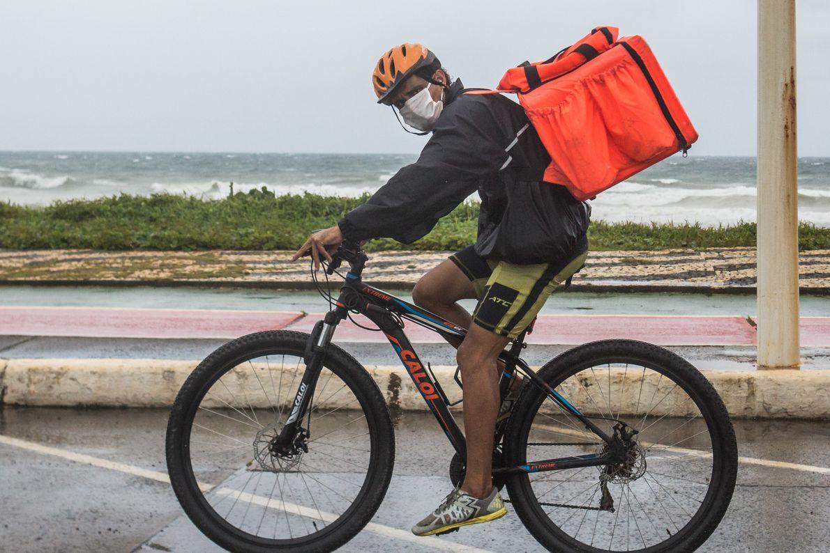 Tiago Dantas, 34 anos, entrega comida por aplicativos. Todos os dias, percorre entre 30 e 40 ...