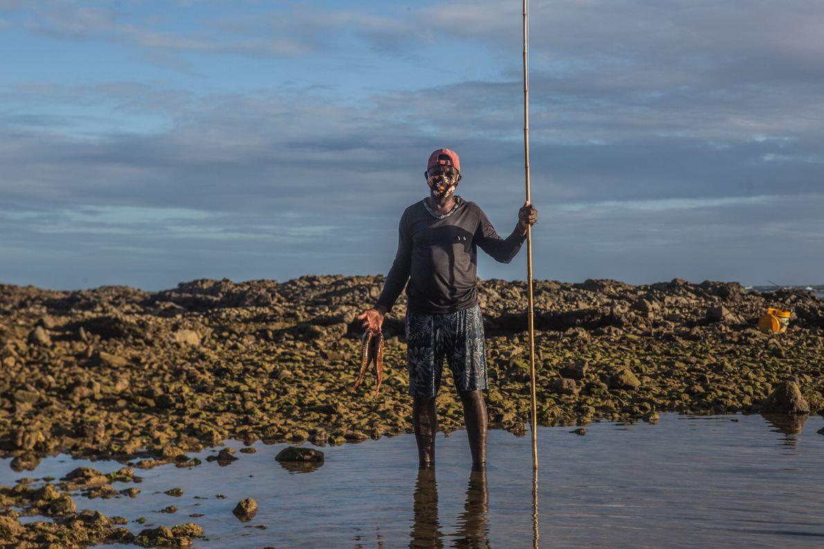 """Crispiniano da Silva Natividade, 51 anos, é pescador e também pedreiro. """"Trabalho com construção há muitos ..."""