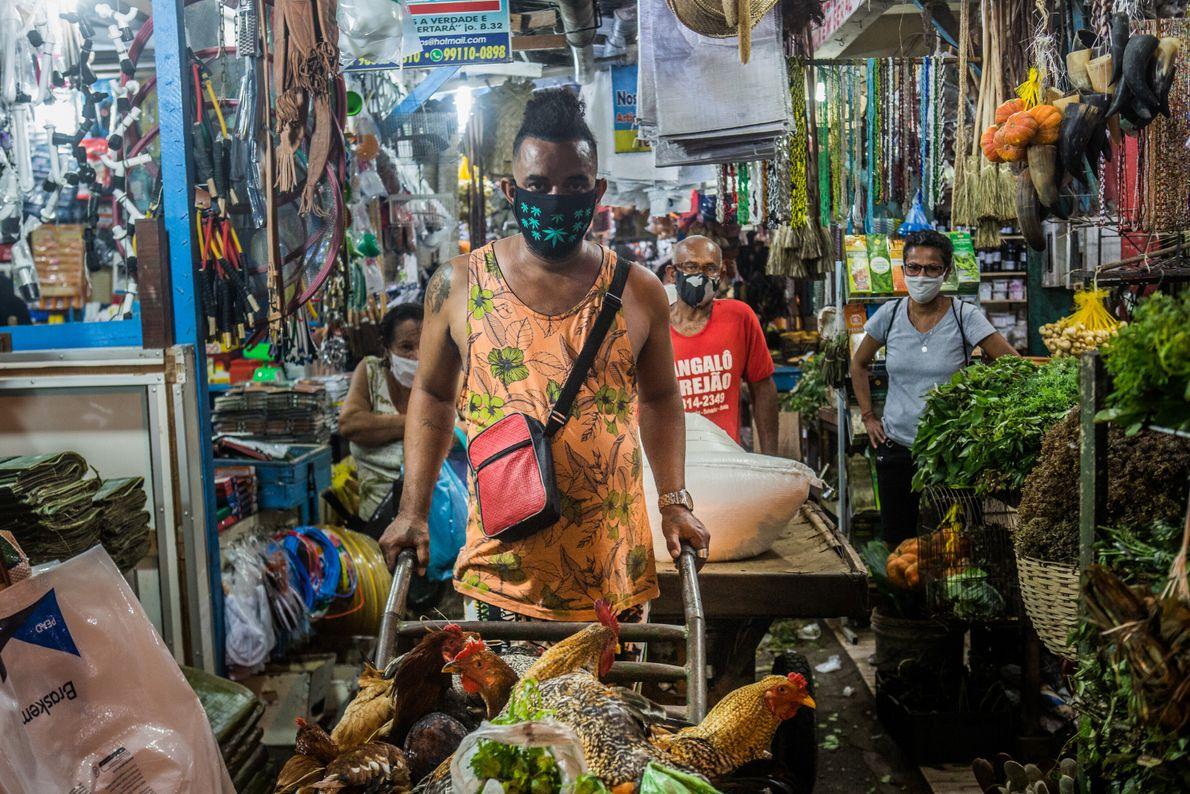Augusto Santos, 35 anos, vende galos e outros animais para rituais de candomblé na Feira de ...