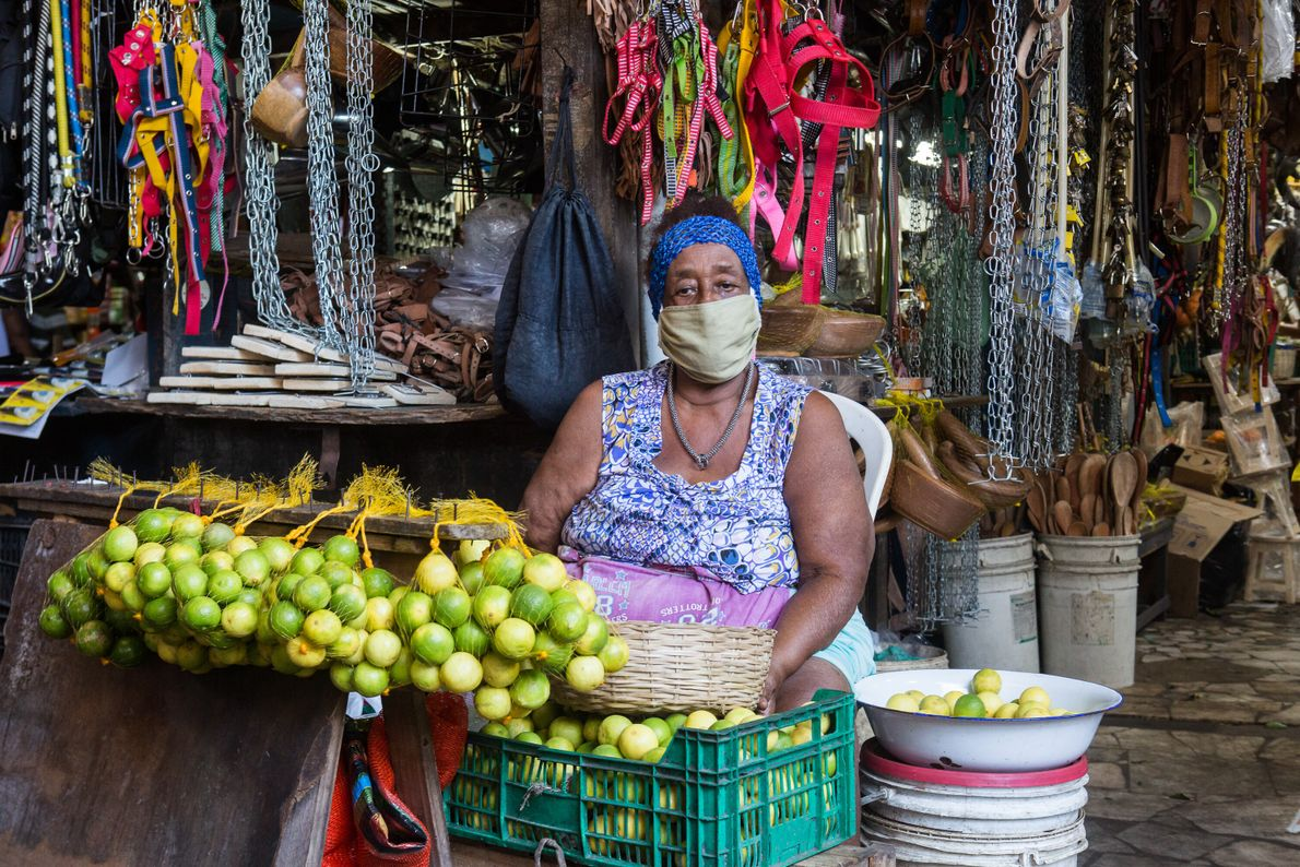 """Vanda Maria Lacerda, 71 anos, tem um pequeno estande de frutas na Feira de São Joaquim. """"Trabalho ..."""