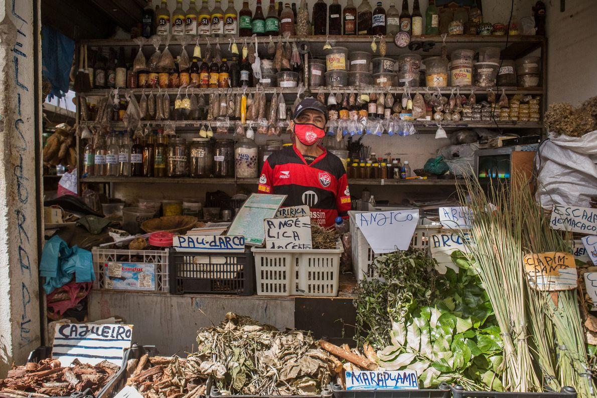 """Lelis do Rapé, 73 anos, tem uma banca onde vende ervas e plantas curativas. """"Eu trabalho ..."""