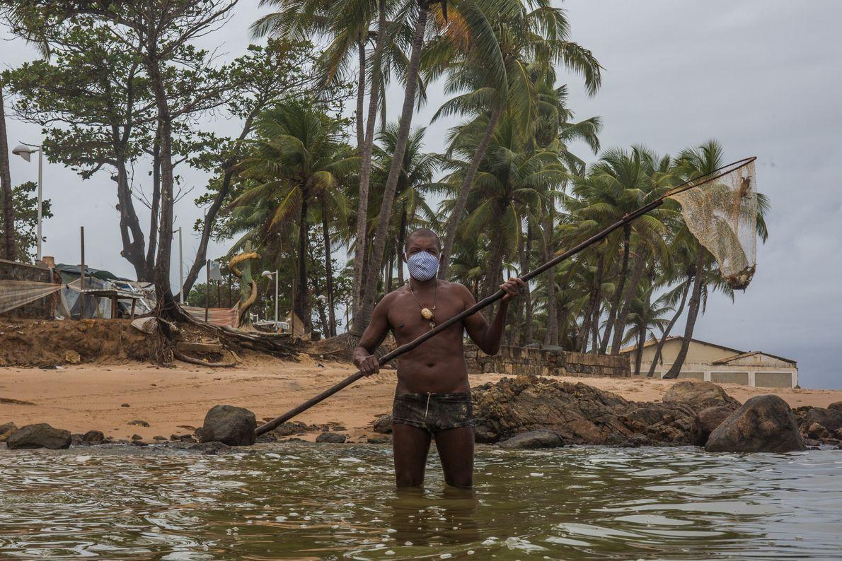 Edson Manuel de Jesus, 54 anos, é pescador nas praias de Itapuã, zona norte de Salvador. ...