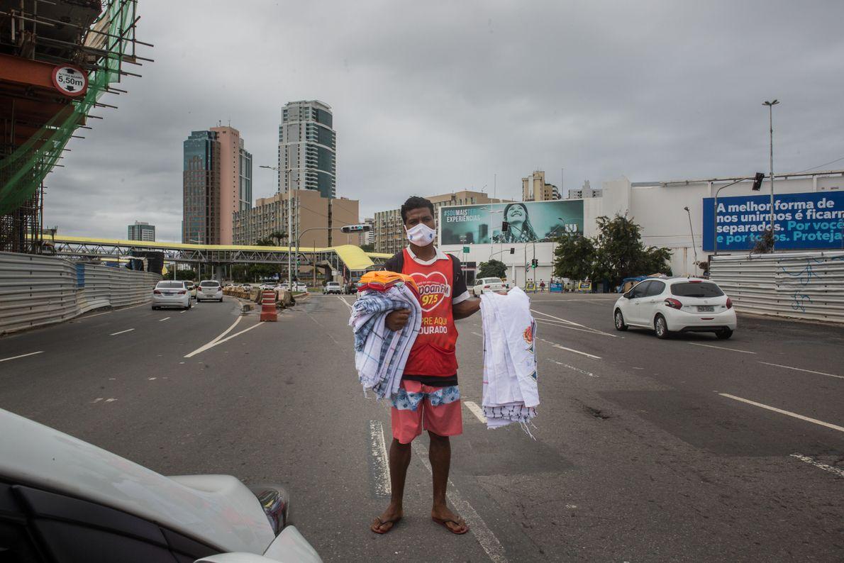 """Tarssio Gomes, 28 anos, é vendedor de panos no trânsito, perto de um shopping. """"Estava desempregado ..."""