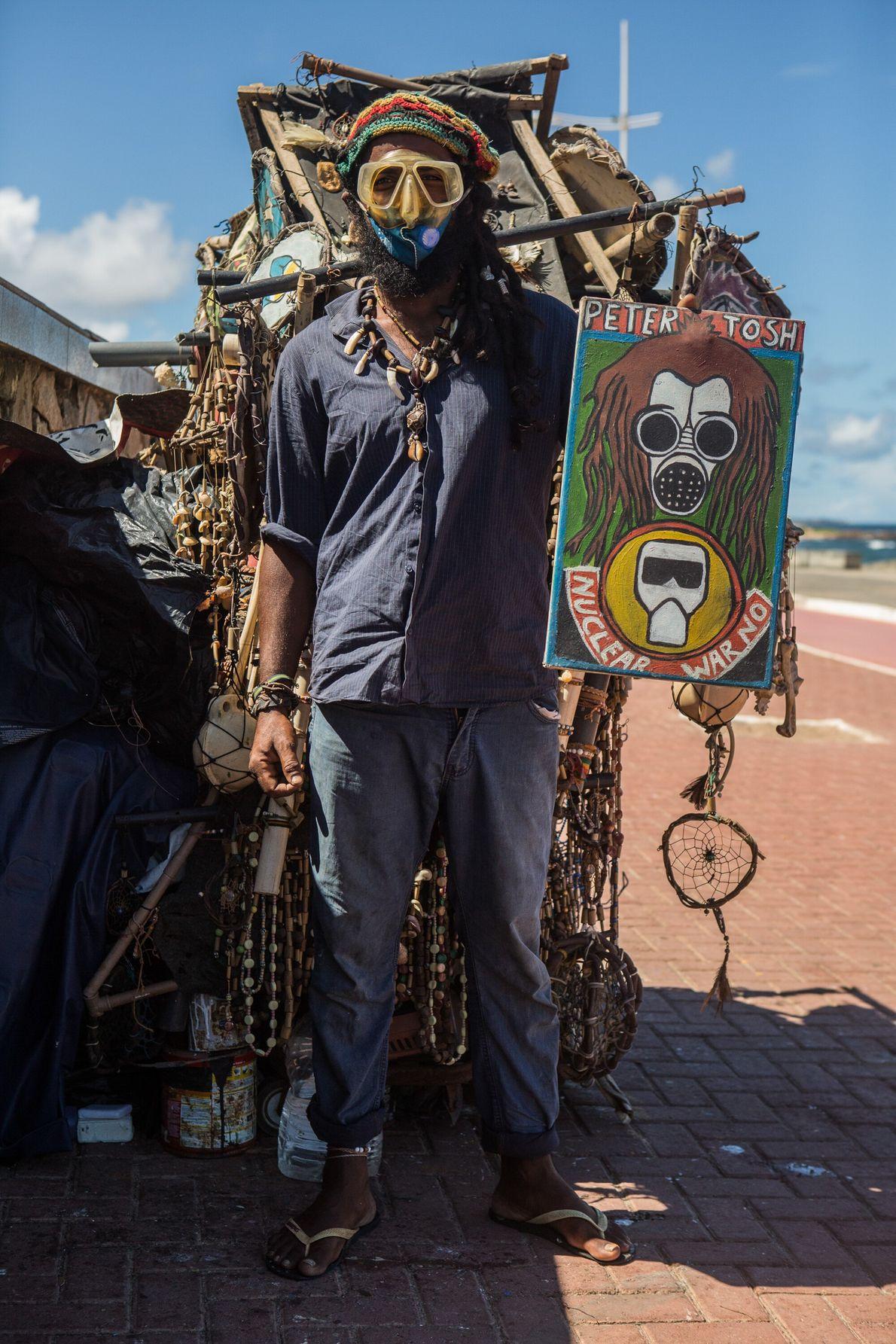 Renato Araújo, 39 anos, é um artesão hippie que vive nas ruas de Salvador com seus ...