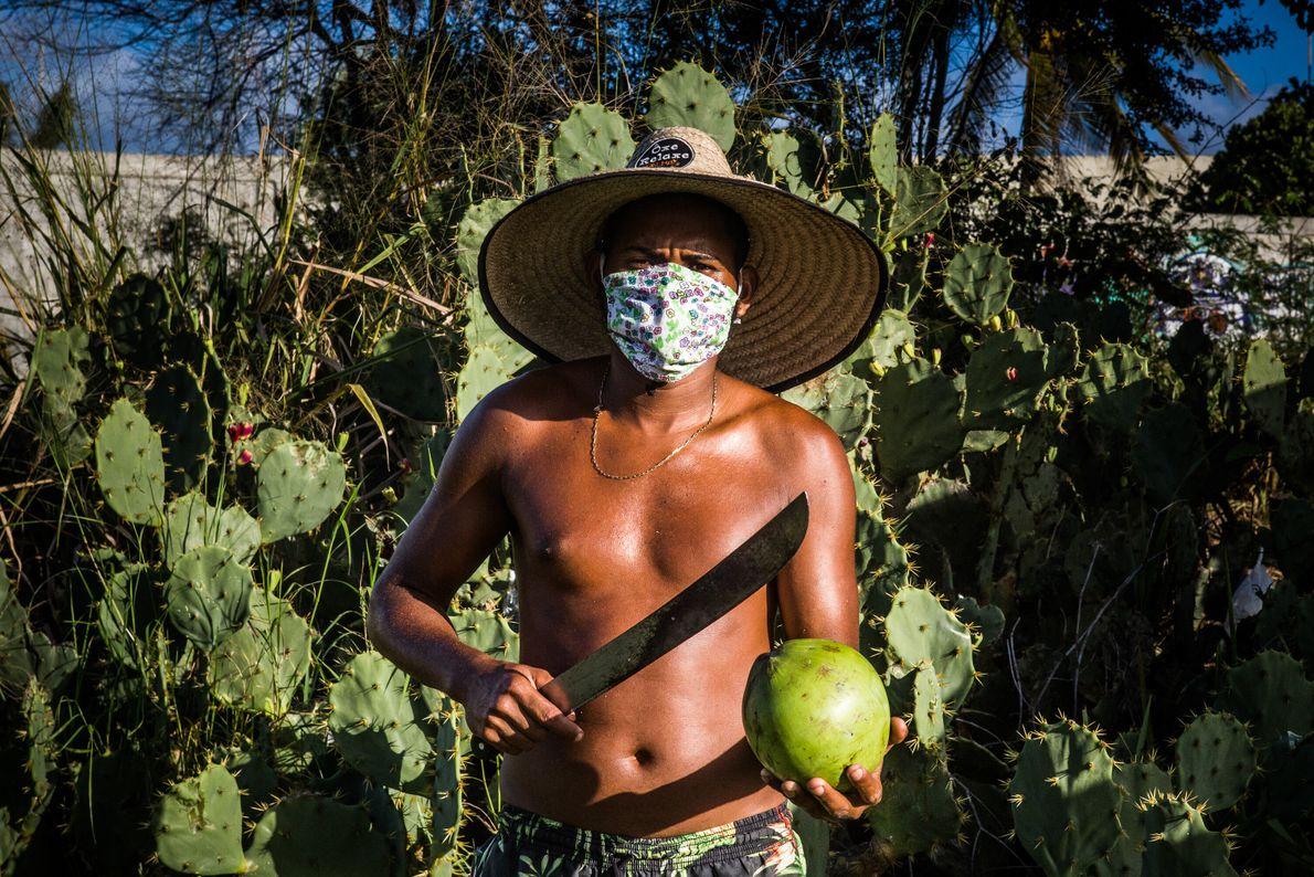 """Alex Santos de Oliveira, 32 anos, vende coco na Estrada do Coco. """"Fui pescador, garçom de ..."""