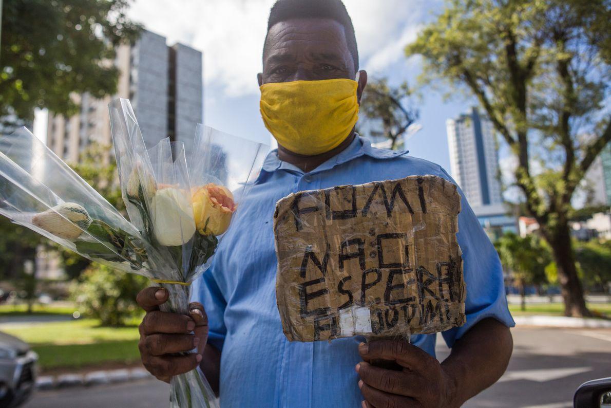 Carlos Roberto de Jesus, 60 anos, vende flores na mesma sinaleira há 23 anos, próximo à ...