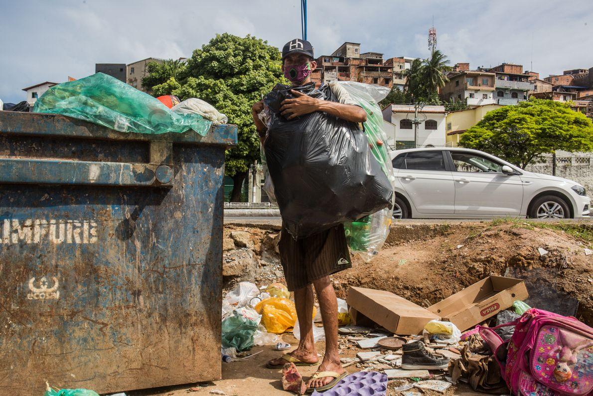 Adroaldo Souza, 26, é catador informal de lixo em Brotas, bairro da região central de Salvador. ...