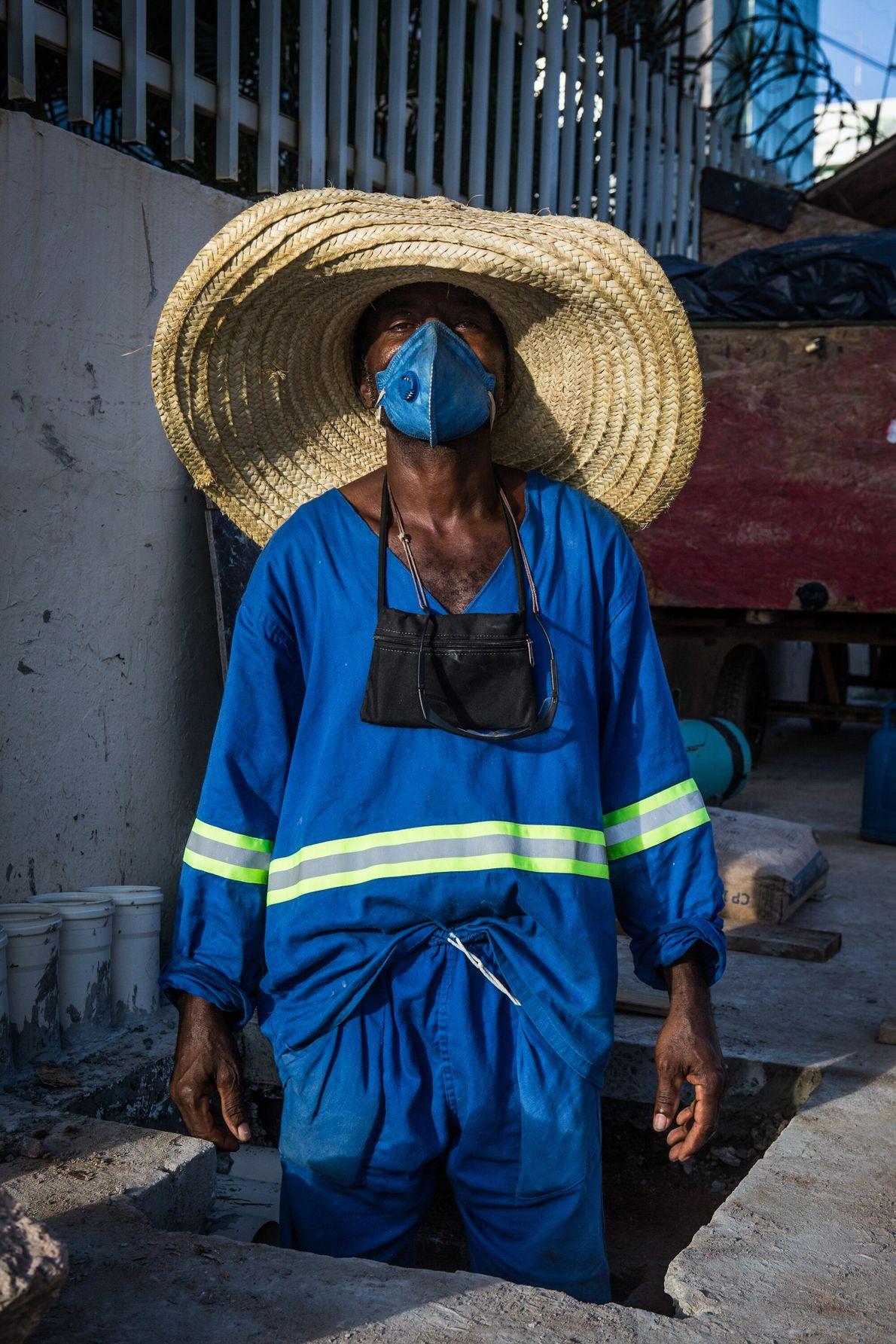 Wilson dos Santos, 45 anos, trabalha na construção e manutenção de rodovias e estradas para uma ...