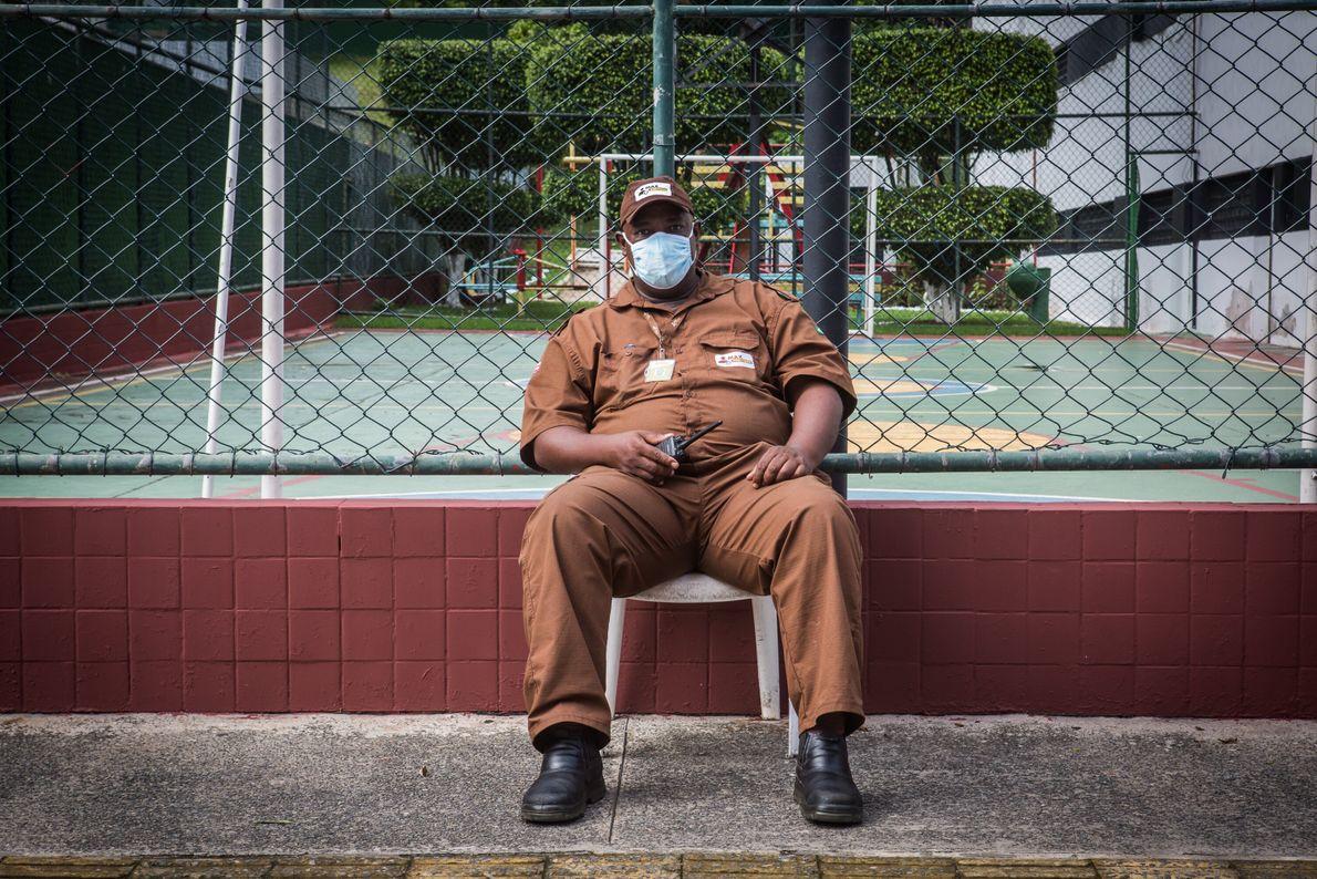 Vivaldo Santos, 49 anos, é funcionário de uma empresa de segurança na Pituba, um bairro de classe ...