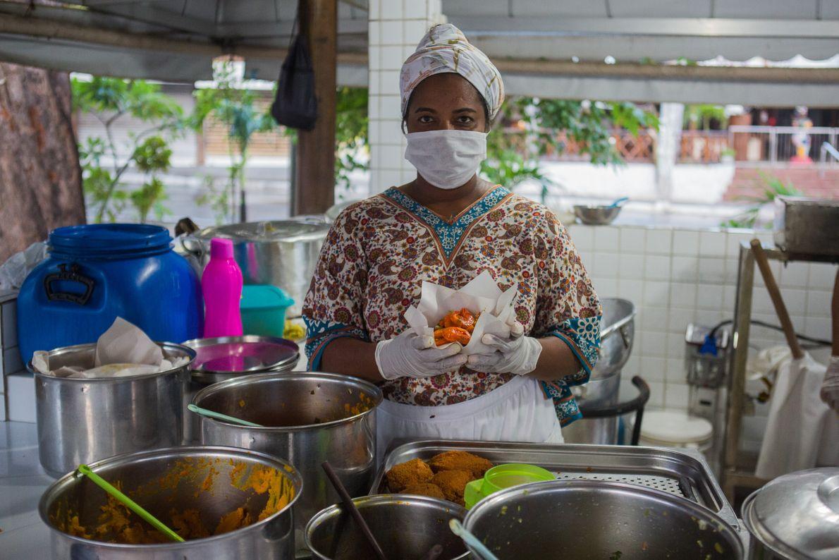 Ana Paula Cruz, 41 anos, trabalha no Acarajé da Cira, localizado em Itapuã, região turística famosa ...