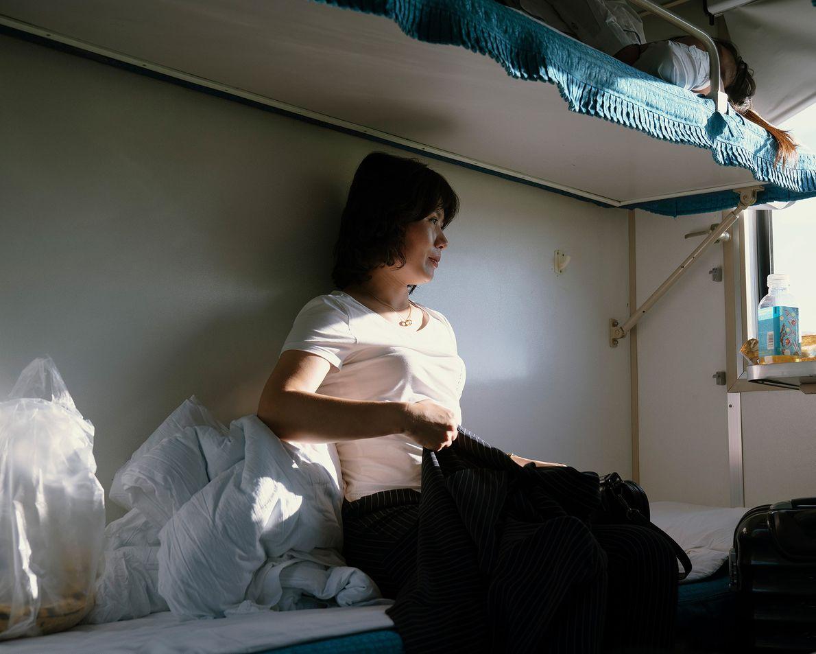 Passageiros descansam no trem de Pequim a Pyongyang.