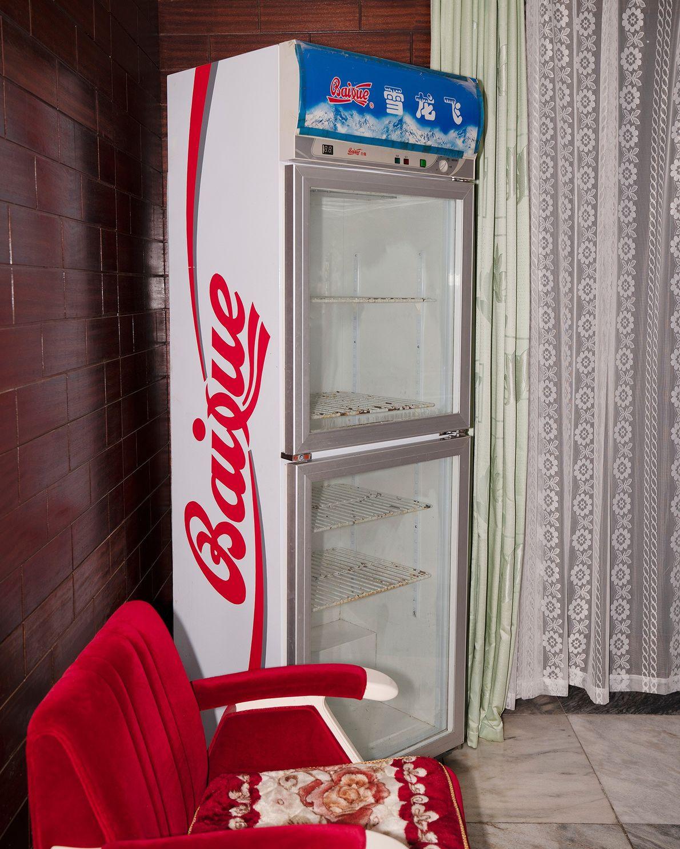 Um refrigerador vazio no canto de um hotel em Nampo, na Coreia do Norte.