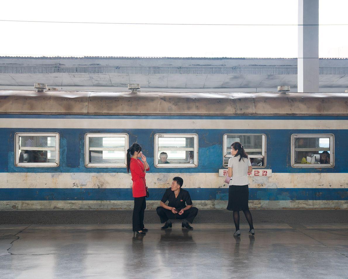 Um vagão aguarda na estação de trem de Pyongyang. Os turistas não podem viajar em trens ...