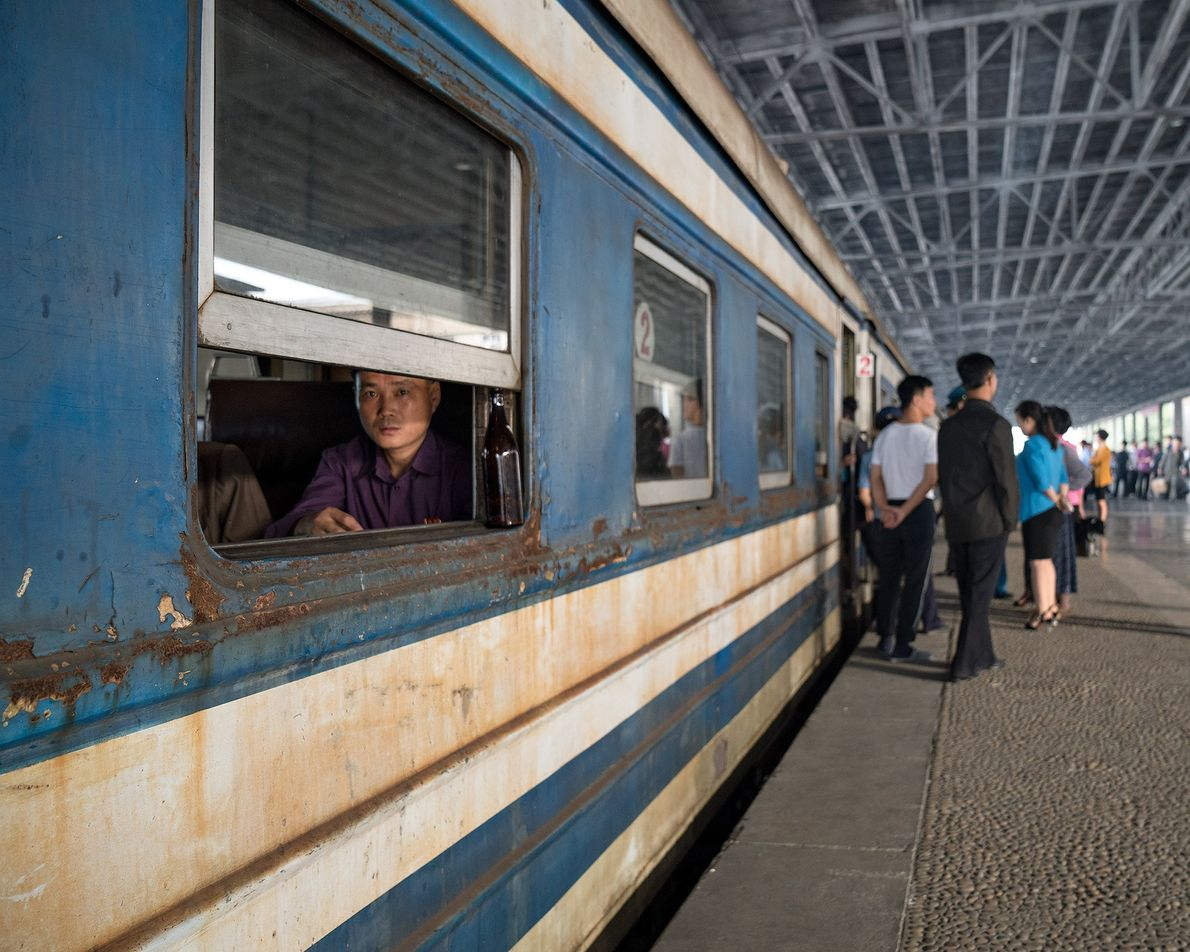 Pessoas se aglomeram na plataforma da estação de trem de Pyongyang.