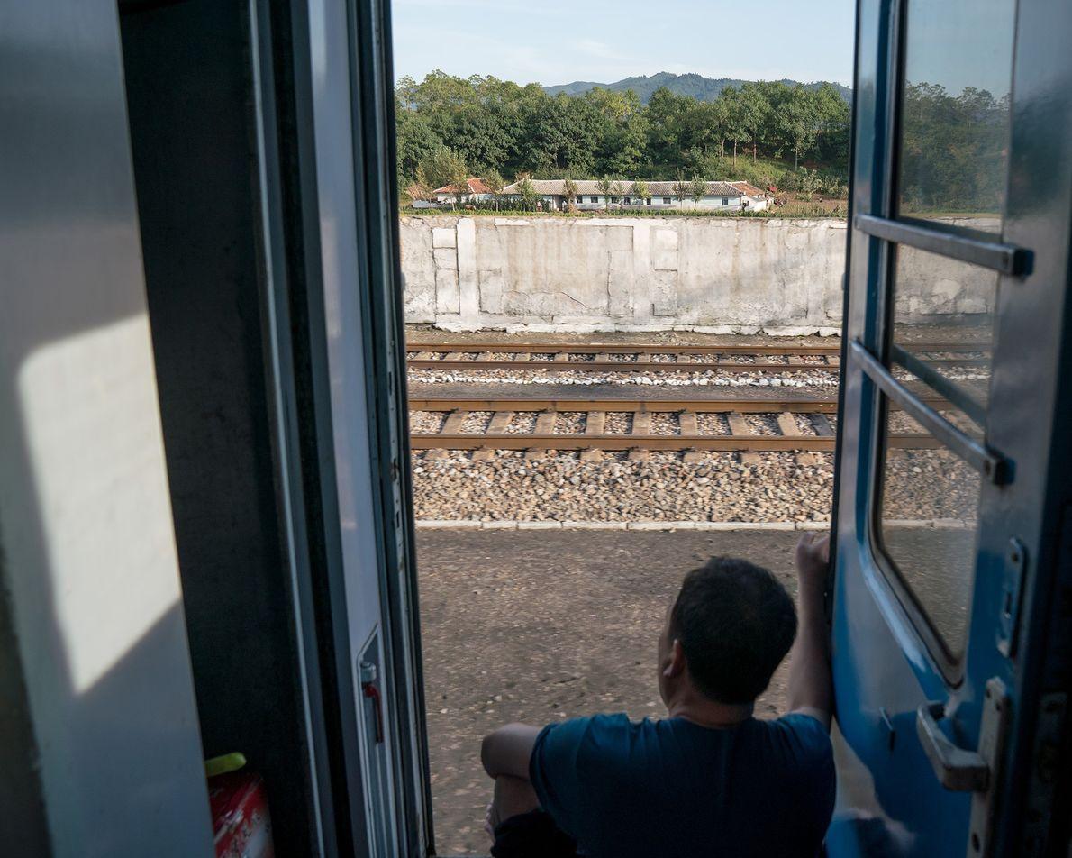 Um passageiro observa a paisagem no caminho de Pyongyang a Rason.