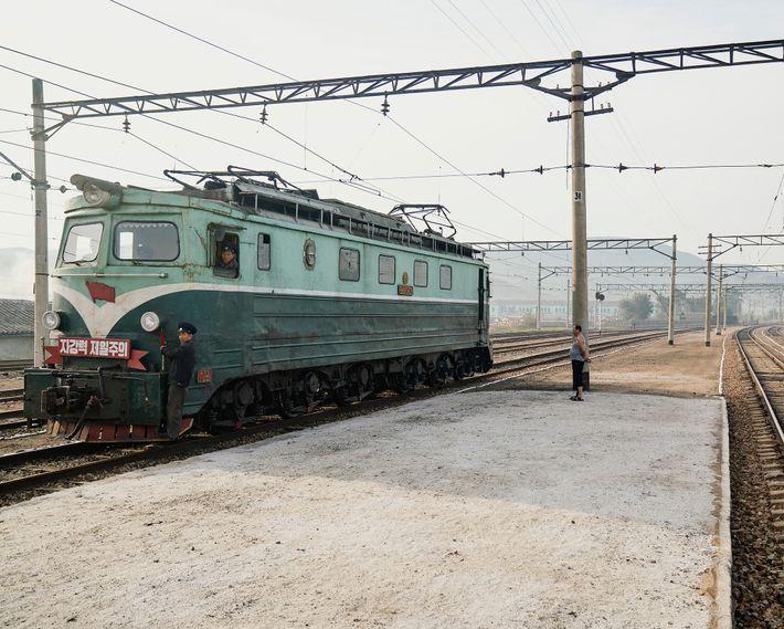 A ferrovia da Coreia do Norte ainda utiliza antigos trens soviéticos de meados do século 20.