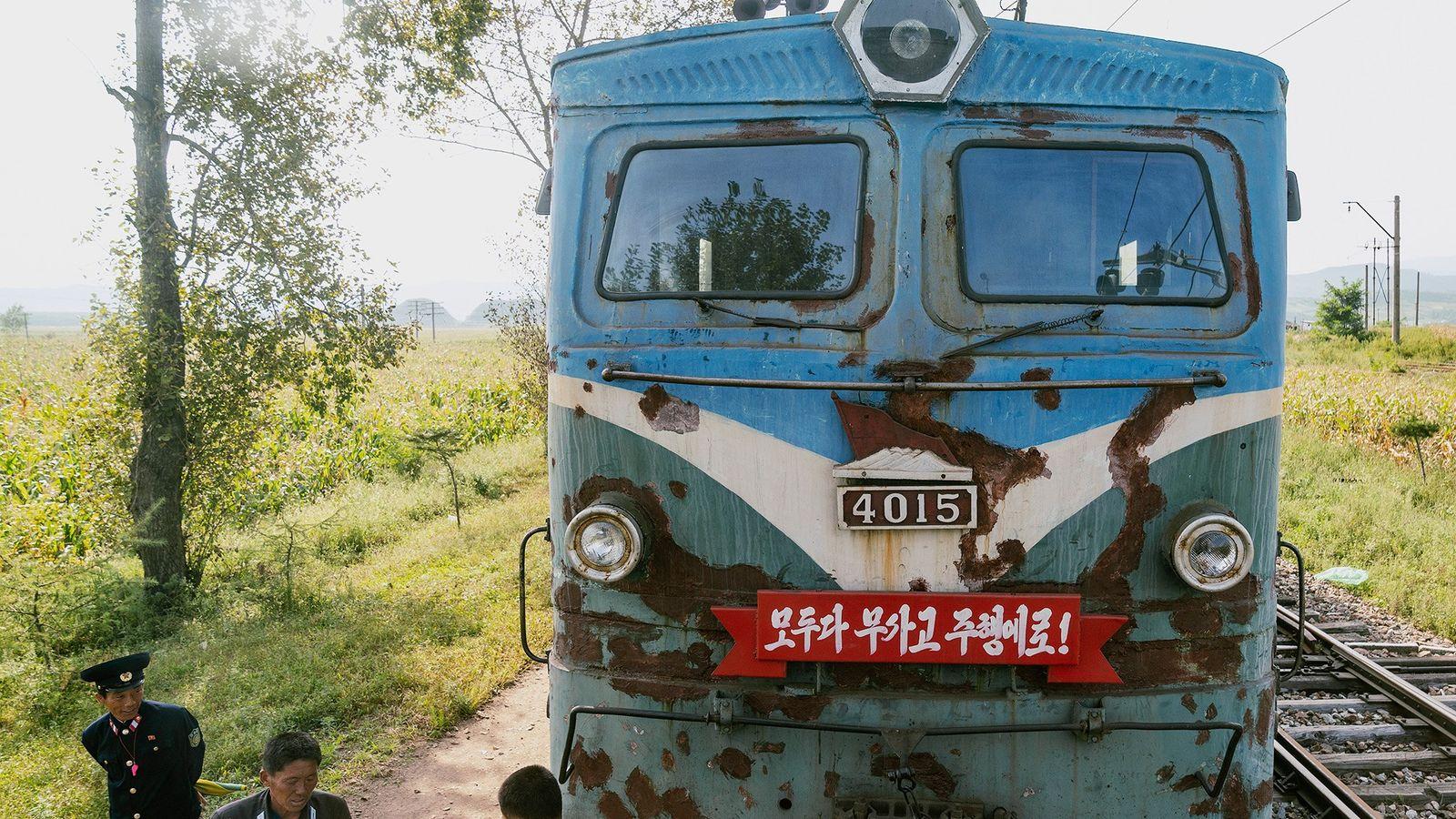 Uma locomotiva aguarda nos trilhos perto de Rason.