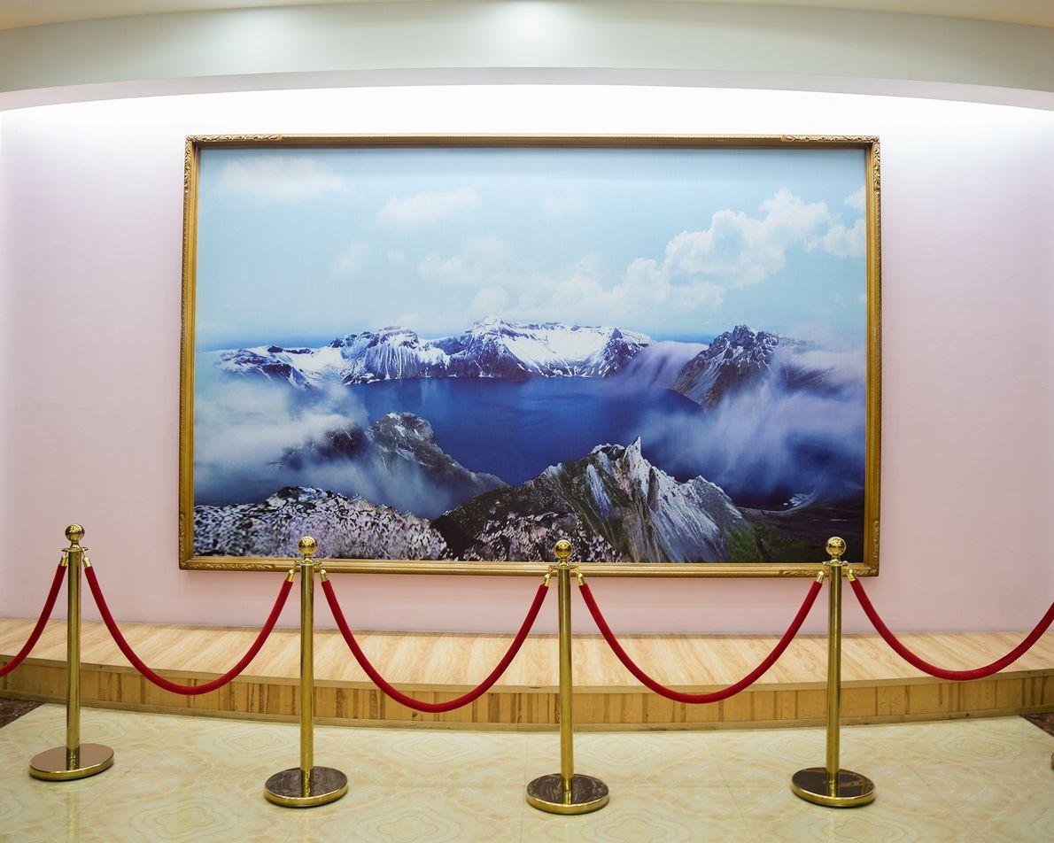Um grande quadro decora um prédio em Rason.