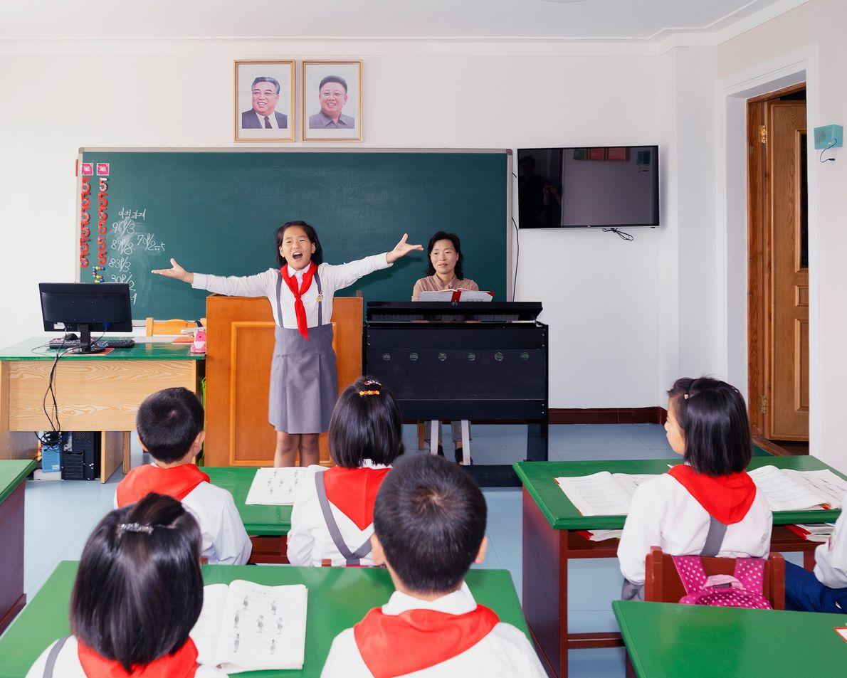Crianças participam de atividades em sala de aula em um orfanato de Rason.