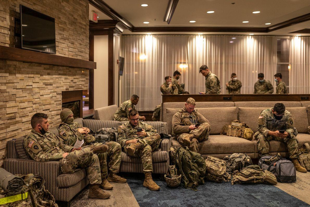 18 de janeiro: Membros da Guarda Nacional do Texas se reúnem no saguão do hotel Homewood ...