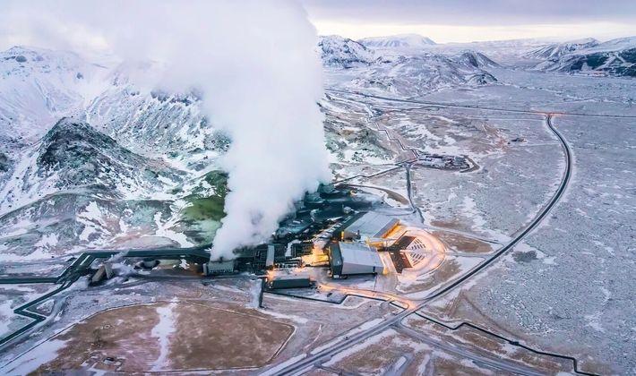 Em uma instalação de captura de carbono em Hellisheidi, na Islândia, o gás é misturado com ...