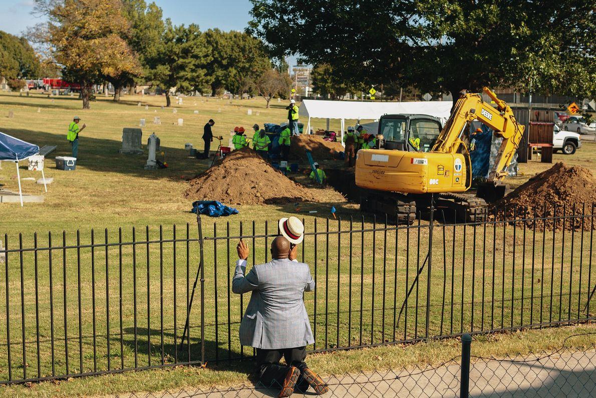 O reverendo Robert Turner ora em frente a uma escavação no cemitério de Oaklawn, em Oklahoma, ...