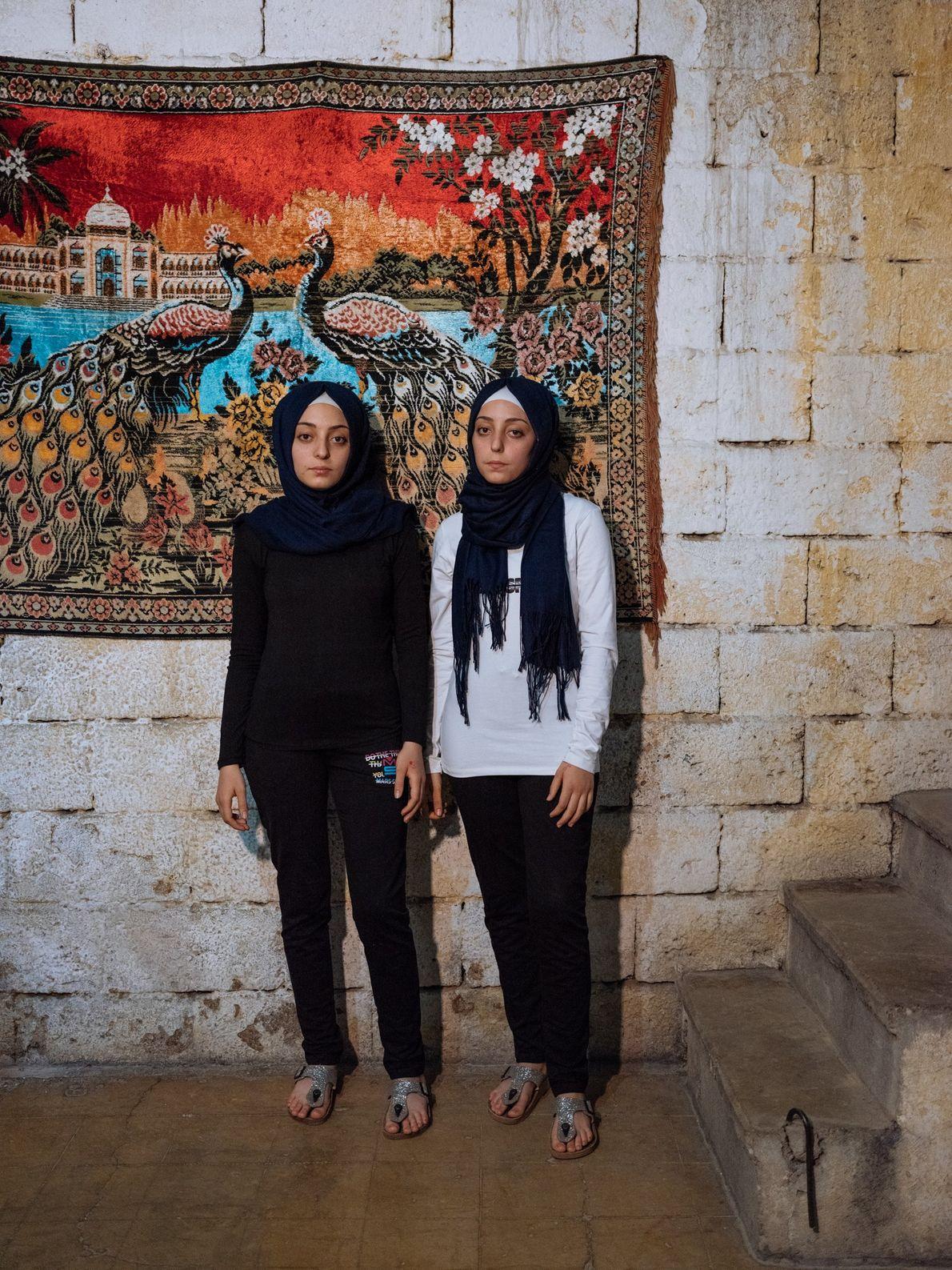 As gêmeas de quatorze anos, Sidra (à esquerda) e Shahed, se lembram das bombas de barril ...