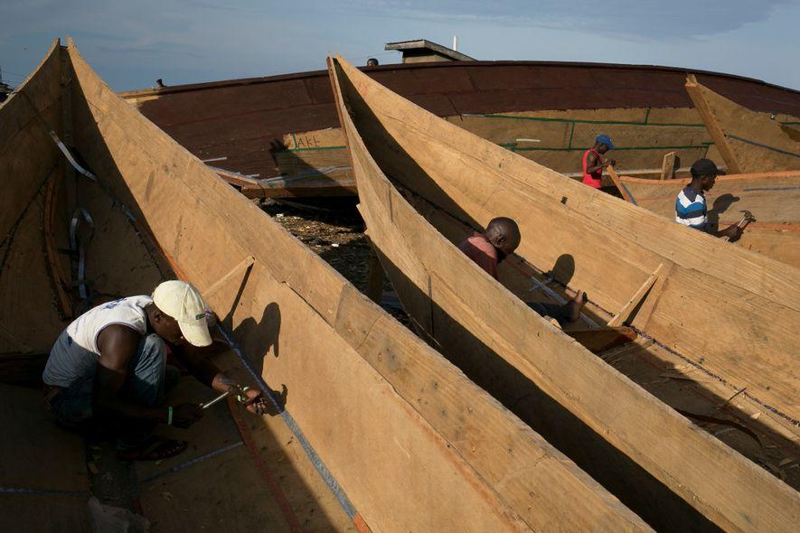 """""""Quando os pescadores capturam muitos peixes, eles encomendam mais barcos"""", afirma Joseph Tamale, construtor de barcos. Em 2018, Tamale e sua equipe construíram mais de 180 embarcações de madeira de casco aberto para pescadores em Kasensero e até mesmo algumas outras foram enviadas para uma cidade da Tanzânia a alguns quilômetros ao sul."""
