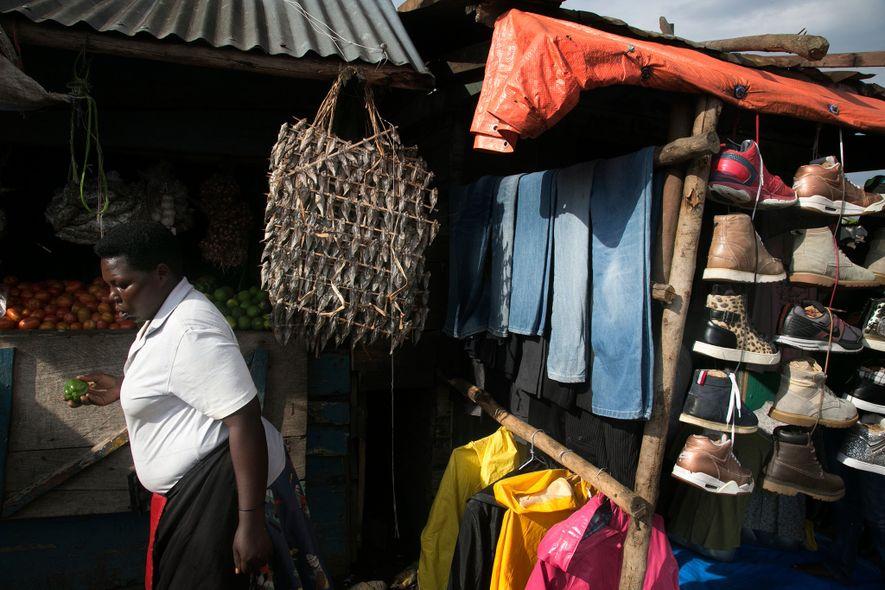 """""""Para aqueles de nós que forem pacientes, as coisas vão melhorar"""", afirma Mama Namaganda em sua barraca de peixes e legumes no Mercado da Estrada Bukoba. Seu comércio quase fechou quando a operação militar expulsou da cidade alguns dos clientes dela, mas, quando a pesca começou a melhorar, os negócios retornaram."""