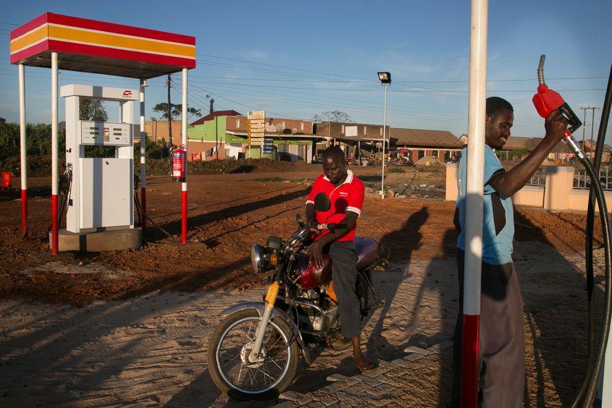 """A BHA, uma pequena petroleira, investiu em um novo posto de gasolina em Kasensero, trazendo algumas facilidades da cidade grande (como iluminação, pavimentação de ruas e novas bombas de gasolina) à cidadela. """"Notamos que a demanda está bastante alta"""", sorriu o gerente Bambire Gilbert, """"então fomos obrigados a vir para cá e abrir."""""""