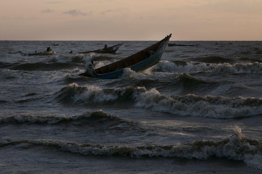 Barcos cortam as águas turbulentas do lago Vitória após uma noite de pescaria. Muitos pescadores lá não sabem nadar, mas tempestades agitam o lago e podem proporcionar uma boa pescaria.