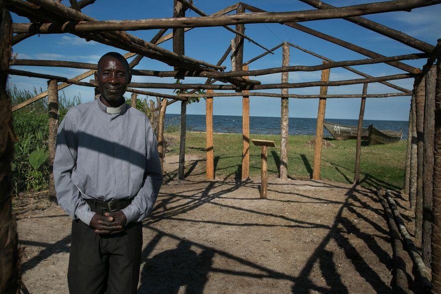 """Ssebulime Kisakye está construindo uma igreja na praia em Kasensero, Uganda. """"É importante que minha igreja esteja aqui para que o lago possa purificar os pecadores"""", afirma ele. """"Esta gente fez coisas bem ruins."""""""