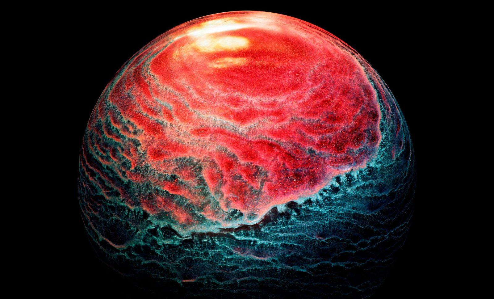 O uísque escocês pode deixar sedimentos em um copo. Usando luzes coloridas e programas de edição ...