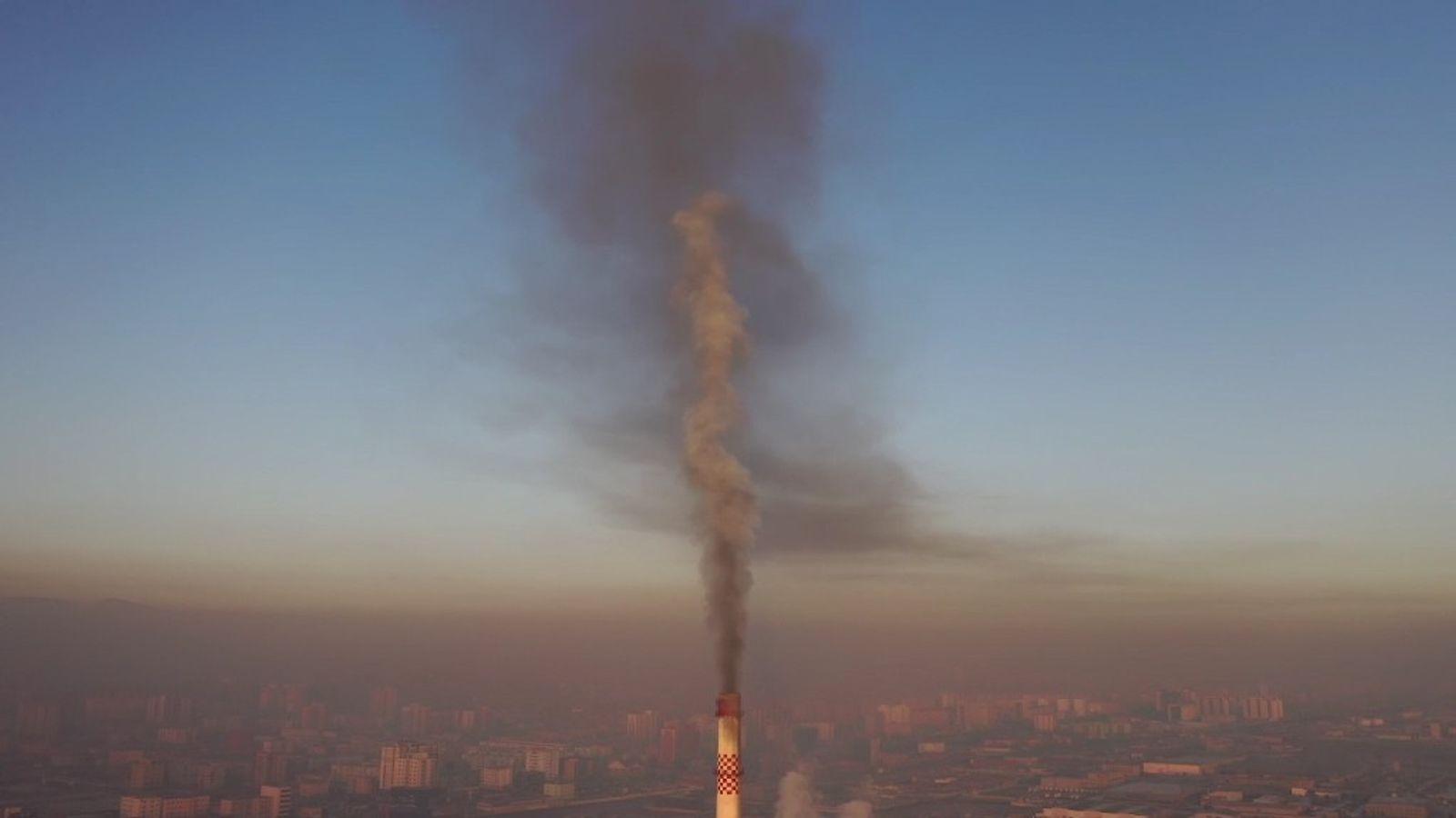 Em Ulaanbaatar, também se queima carvão nas usinas termelétricas, como nesta localizada na região periférica da ...