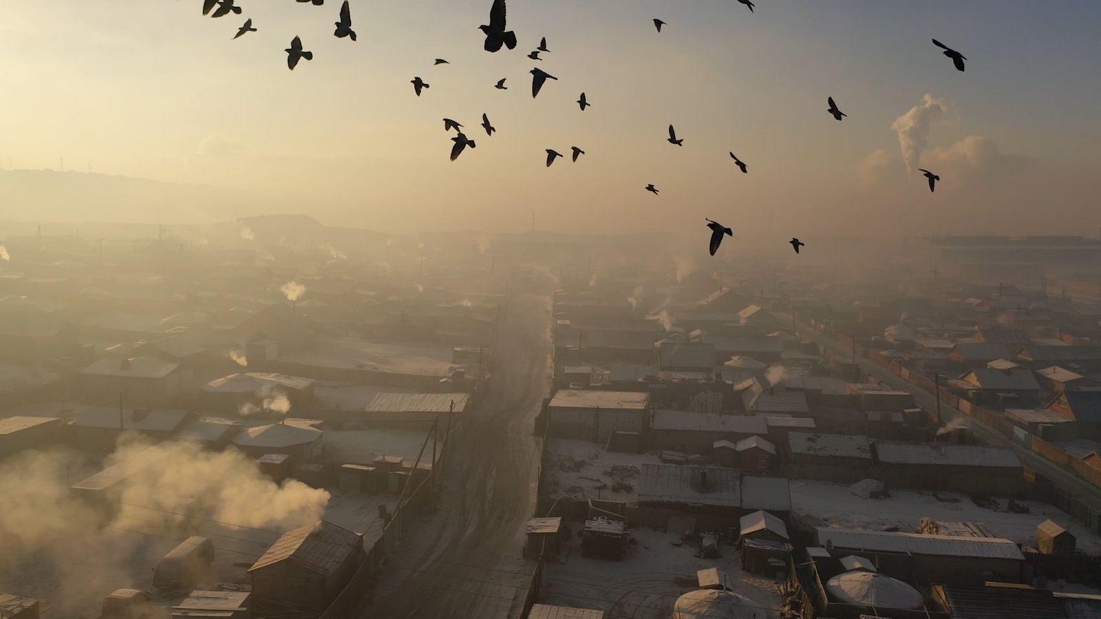 A poluição fica pior nos rigorosos invernos de Ulaanbaatar, quando o povo aquece as residências – ...