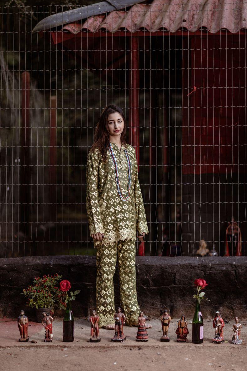 A umbandista Layra Iglesias em frente a imagens de espíritos guardiões chamados exus e pombagira, no ...